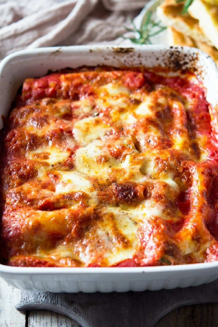 The EASIEST spinach and ricotta cannelloni recipe made with a creamy spinach and ricotta filling, baked in a simple tomato, basil sauce and topped with melted mozzarella cheese. A classic Italian comfort food recipe (also vegetarian). #comfortfood #Italian #recipes #simple #food #Italianfood #cannelloni #pasta #pastarecipes #bakedpasta #baked