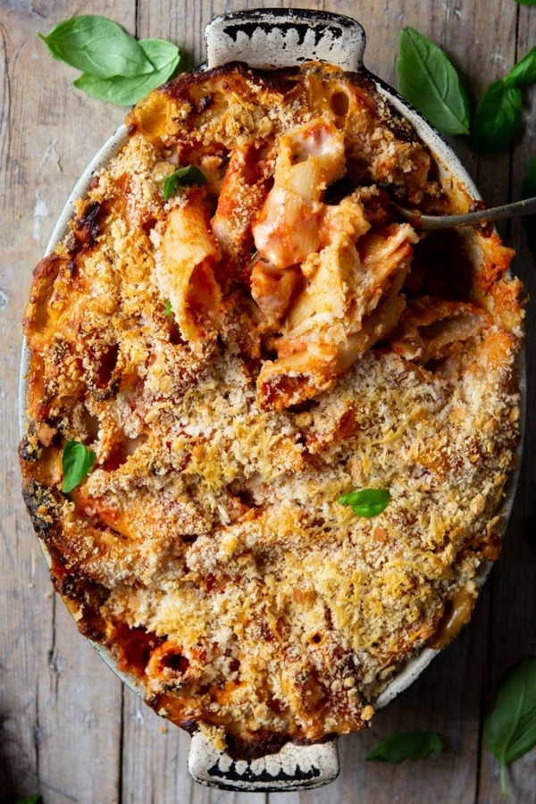 Tomato Pasta Bake (pasta al forno) made with a rich tomato sauce, giant penne pasta, a creamy, cheesy taleggio cheese sauce and topped with crunchy breadcrumbs before being baked to perfection.   Baked Pasta   Italian Pasta Bake   Cheesy Baked Pasta   #pasta #bake #Italianfood #tomato #cheese #Insidetherustickitchen